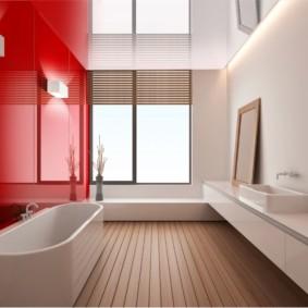Красно-белый интерьер ванной с окном
