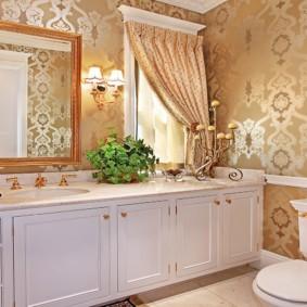 Обои с шелкографией в ванной комнате