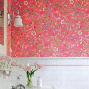 Цветочные обои в ванной комнате