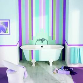 Полосатые стены в совмещенной ванной