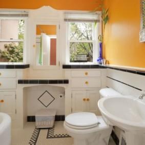 Яркие стены в ванной частного дома
