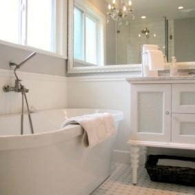 Огромное зеркало на стене в ванной