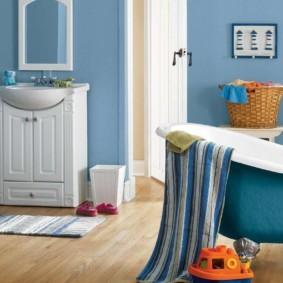 Полотенце в полоску на бортике ванной