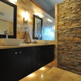 Природный камень в отделке ванной