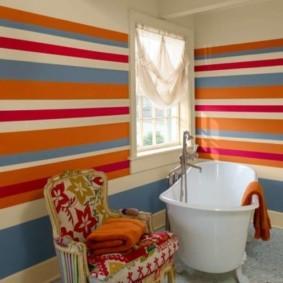 Разноцветные полоски в ванной комнате