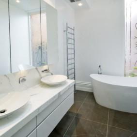 Акриловая ванна на керамическом полу