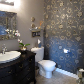 Виниловые обои в ванной комнате с унитазом