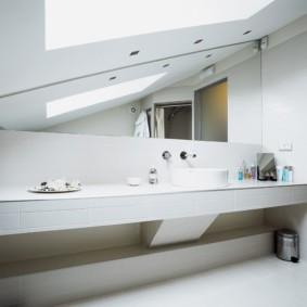 Длинная столешница в совмещенной ванной