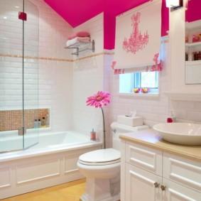 Розовый потолок в ванной комнате