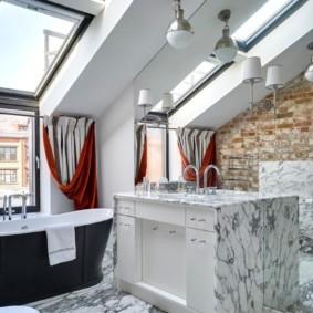 Зеркальная стена в ванной комнате