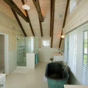 Винтажная ванна на керамическом полу