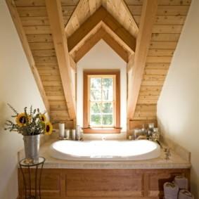 Деревянная отделка потолка в мансарде загородного дома