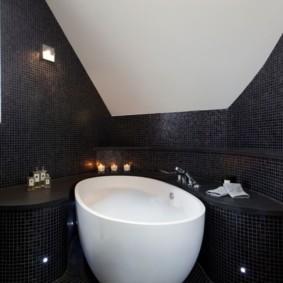 Черная плитка на стене ванной