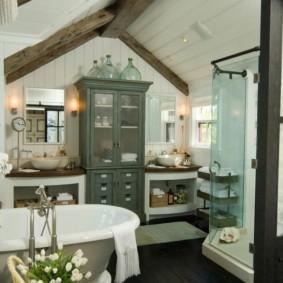 Ванная в помещении с двускатной крышей