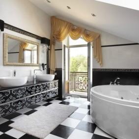 Интерьер ванной с балконной дверью