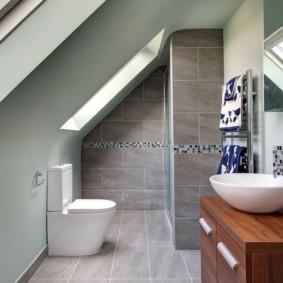Туалет в мансарде частного дома