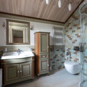 Узкий шкаф в ванной комнате