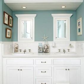 Белая мебель на фоне голубых стен