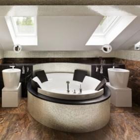 Круглая ванна с удобными спинками