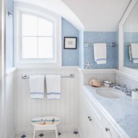 Светлые полотенца с голубыми полосками
