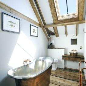 Ванна из латуни на деревянном полу