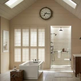 Часы на стене большой ванной