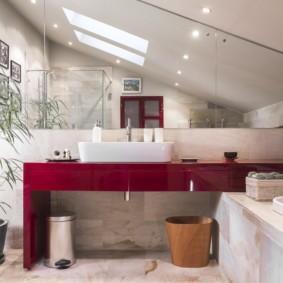 Низкий потолок в совмещенной ванной