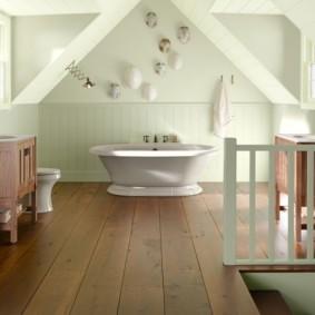 Широкие доски на полу в ванной
