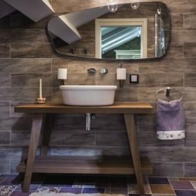 Деревянная мебель в ванной сельского дома