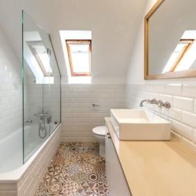Плитка с рисунком на полу в ванной