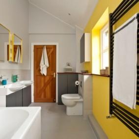 Дизайн ванной в желто-белом цвете