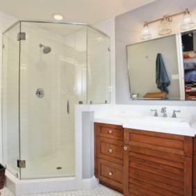 Деревянная мебель в ванной с душем