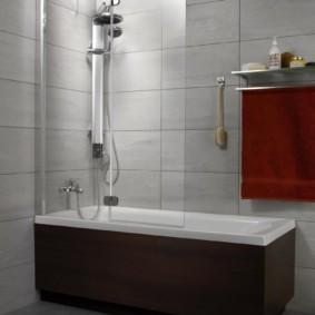 Душевая стойка в углу ванной
