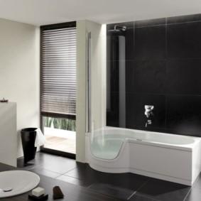 Керамический пол в ванной с окнами