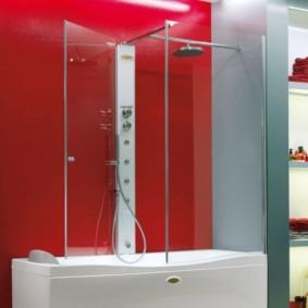 Красная стена в ванной комнате