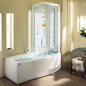 Плетенное кресло в интерьере ванной