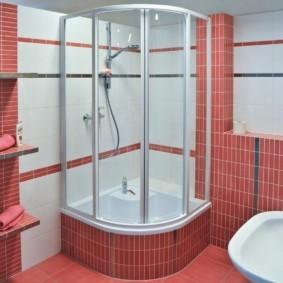 Розовая плитка в отделке ванной