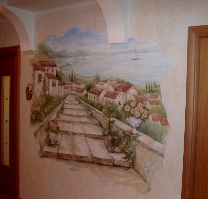 Изображение старинной улочки на стене в коридоре квартиры