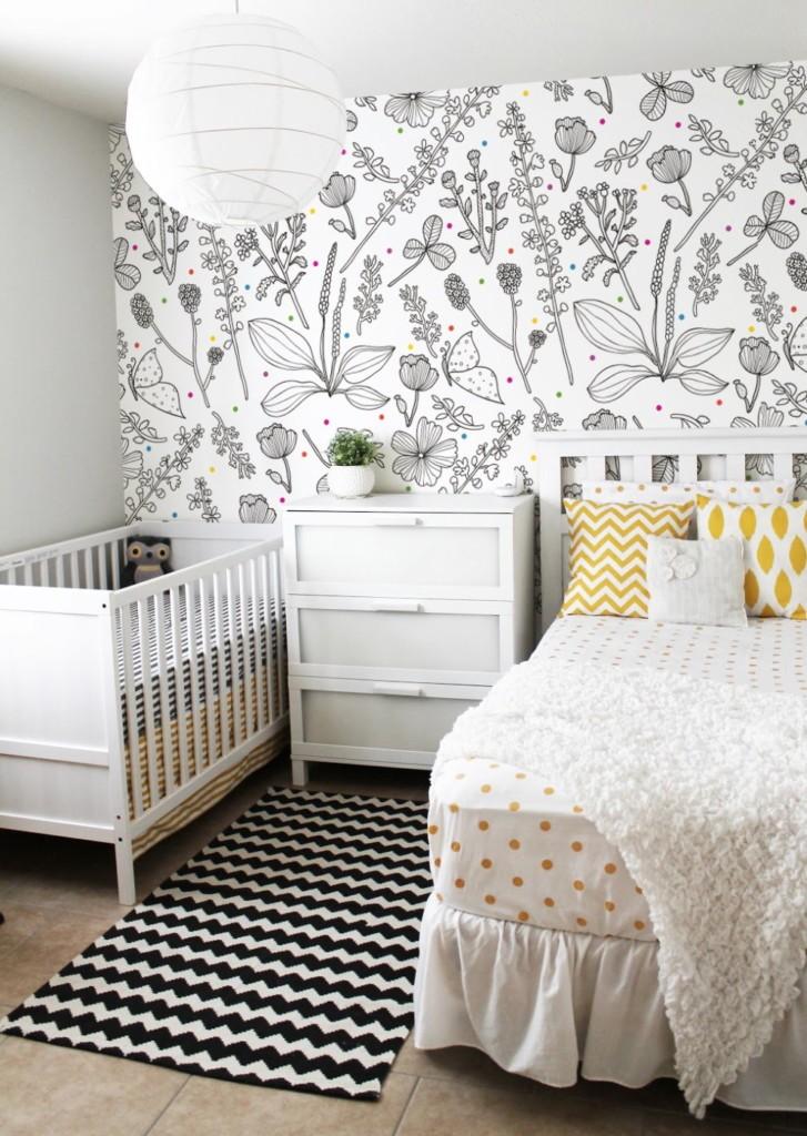 Черно-белые обои в спальне с новорожденным
