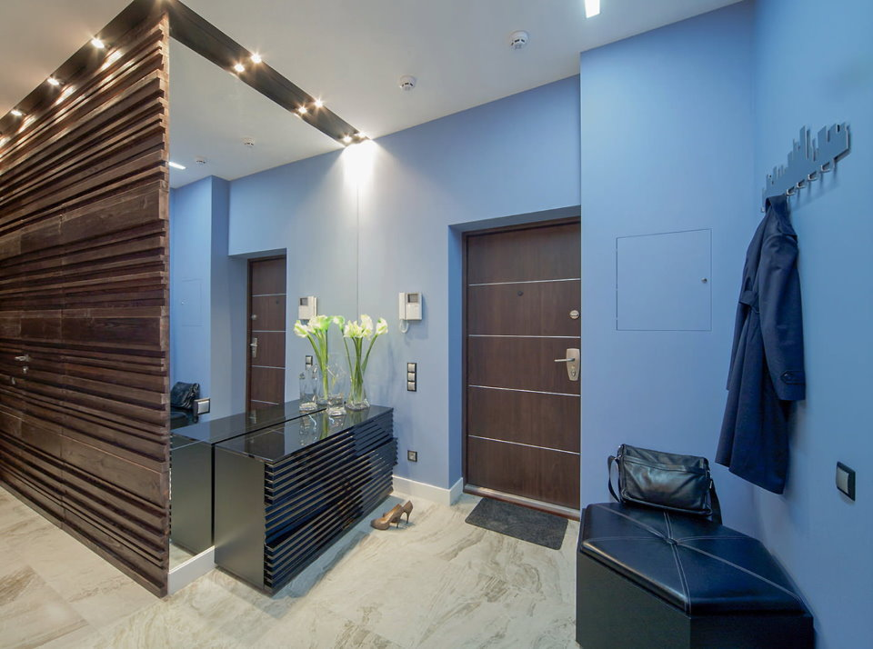Большое зеркало в холле с голубыми стенами
