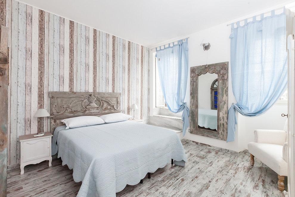 Полупрозрачные голубые занавески на окне спальни