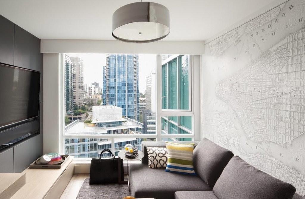 Интерьер небольшой гостиной с большим окном