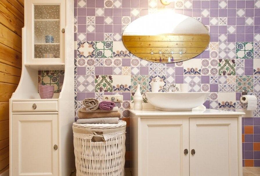 Кафель с орнаментом на стене ванной