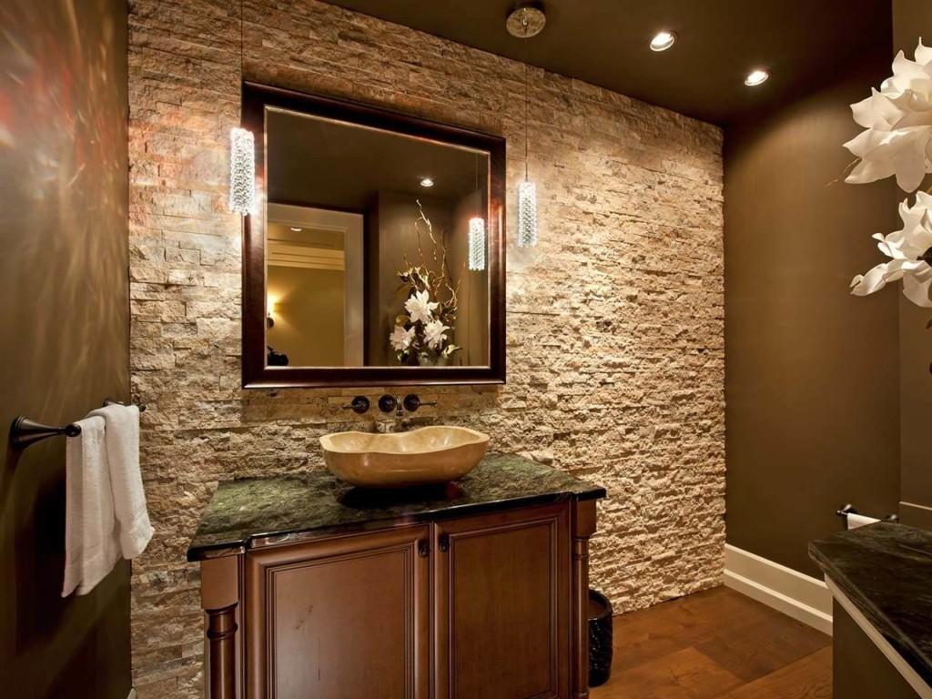 Плитка под камень в просторной ванной