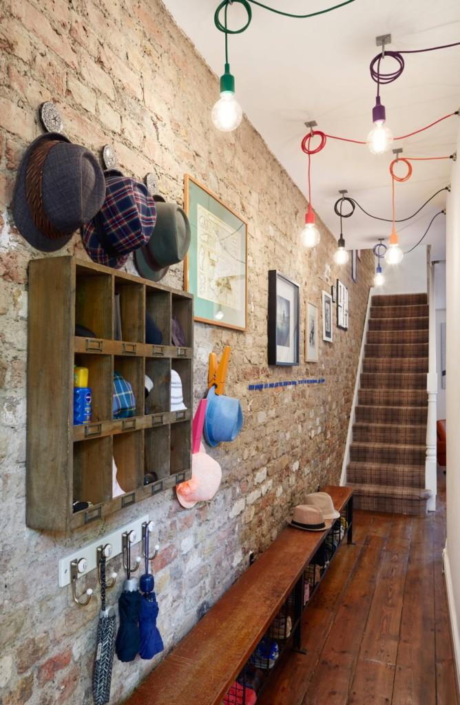 Открытые лампы вместо светильников в коридоре с лестницей