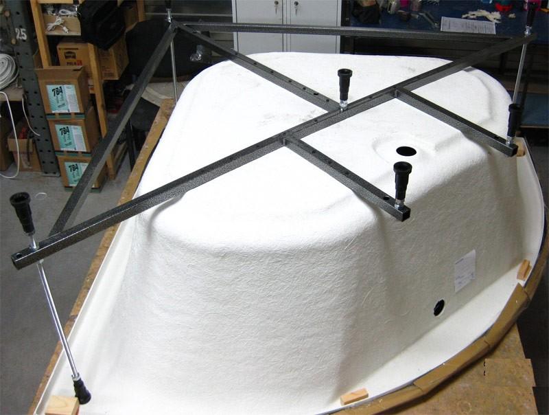 Металлический каркас с ножками на ванне из акрила