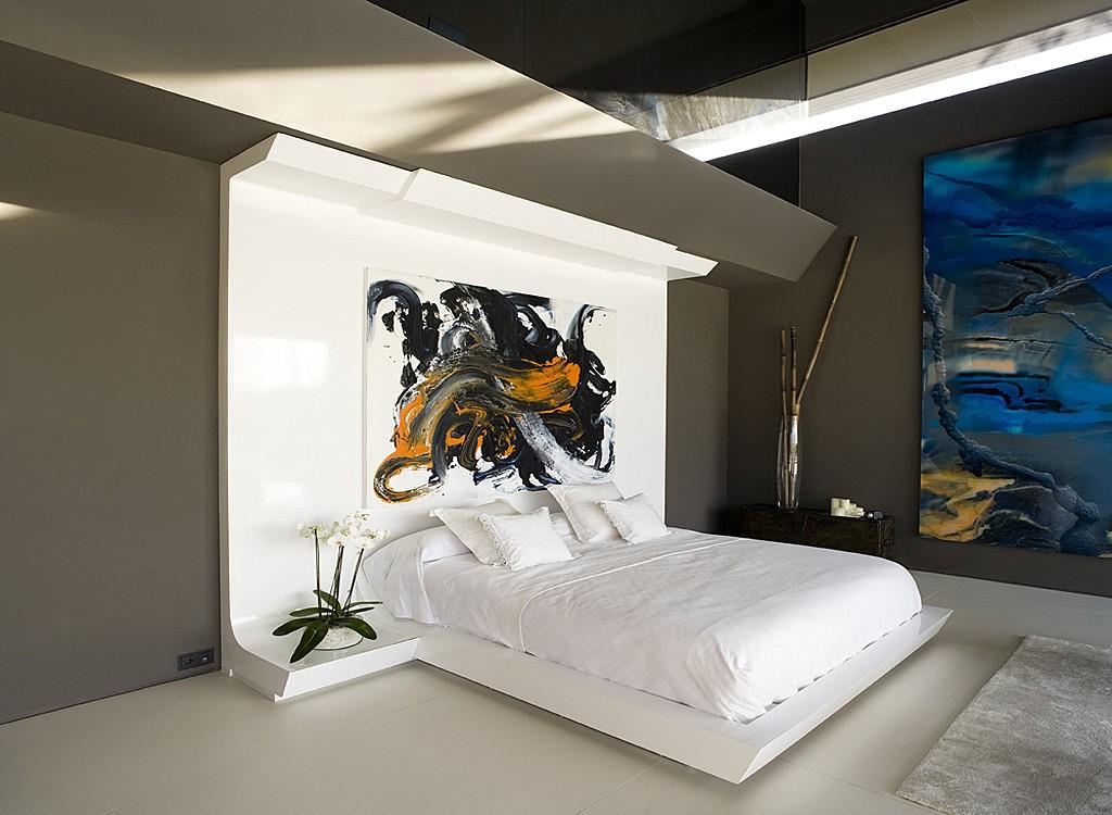 Дизайн современной спальни в стиле хай-тек с картинами