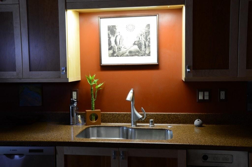 Подсветка картины над кухонной мойкой