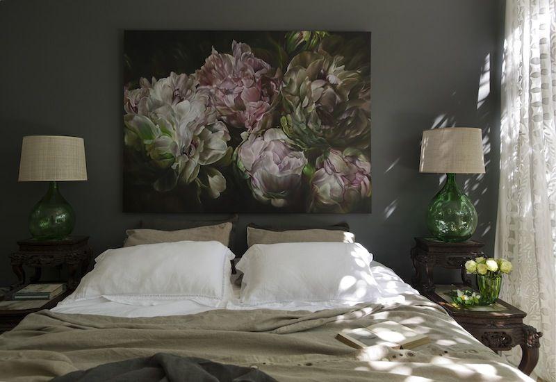 Картина с крупными цветами над изголовьем кровати