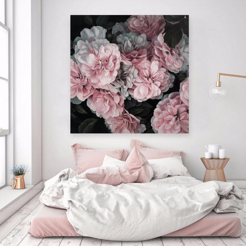 Цветки пионов на картине в спальне